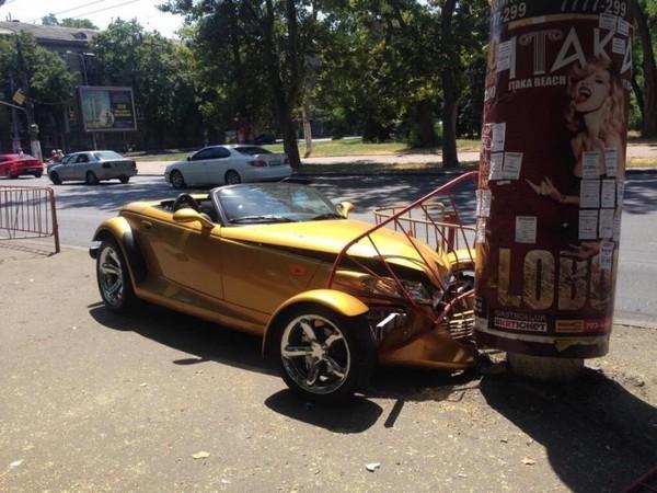 До боли в сердце: в Одессе разбили очень редкий Chrysler Prowler