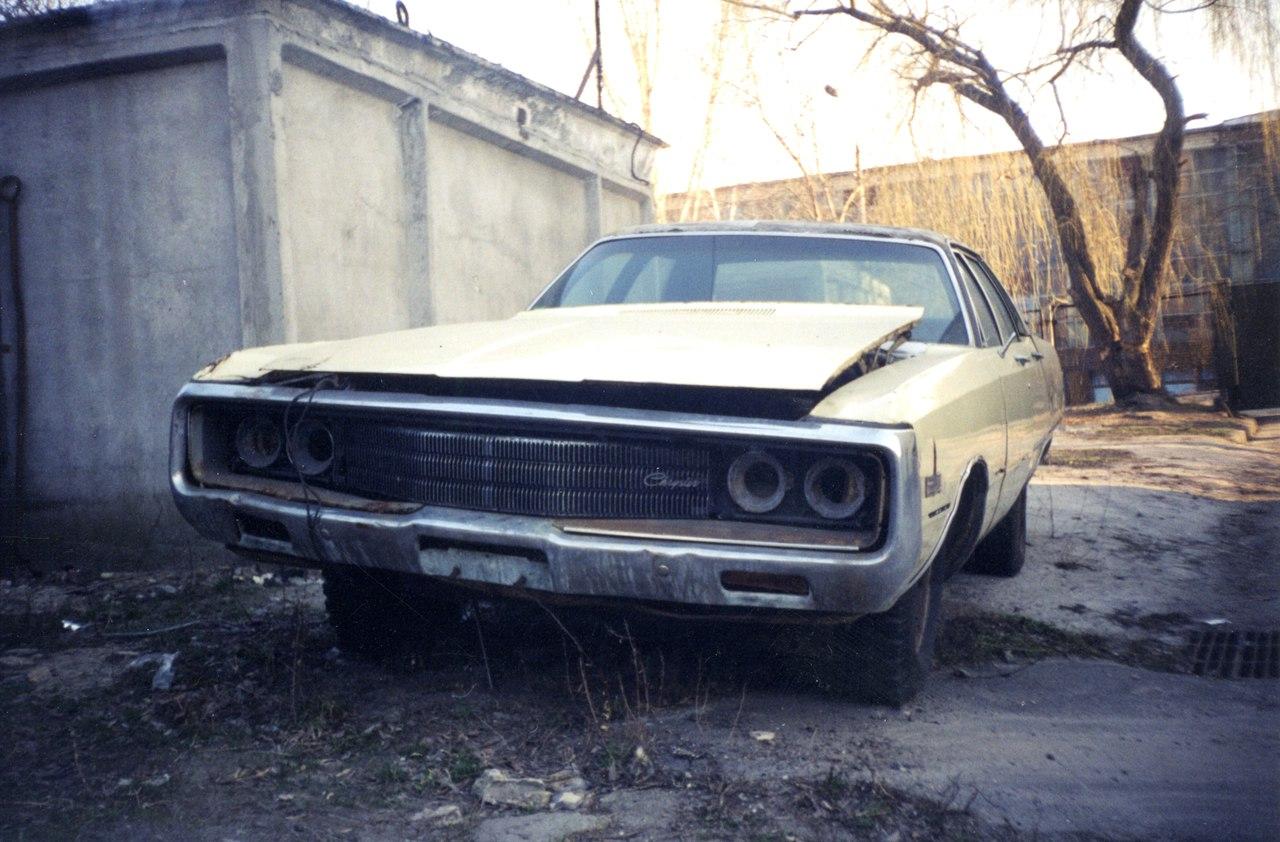 Печальное зрелище: заброшенный Chrysler 1970-х годов возле украинских гаражей