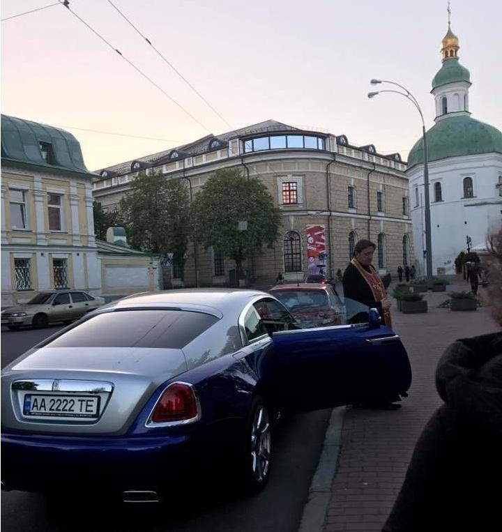 Бог послал. Фото священника в Rolls-Royce взорвало Сеть
