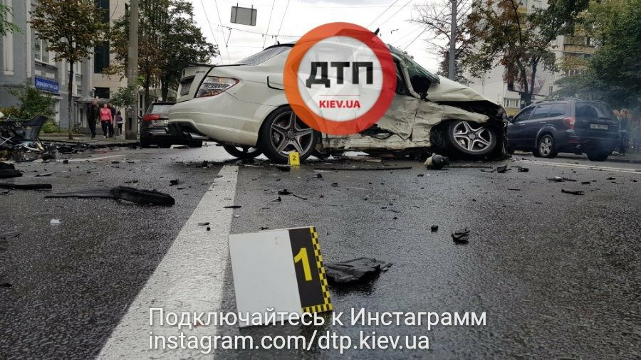 В Киеве разбили заряженный Mercedes C63 AMG