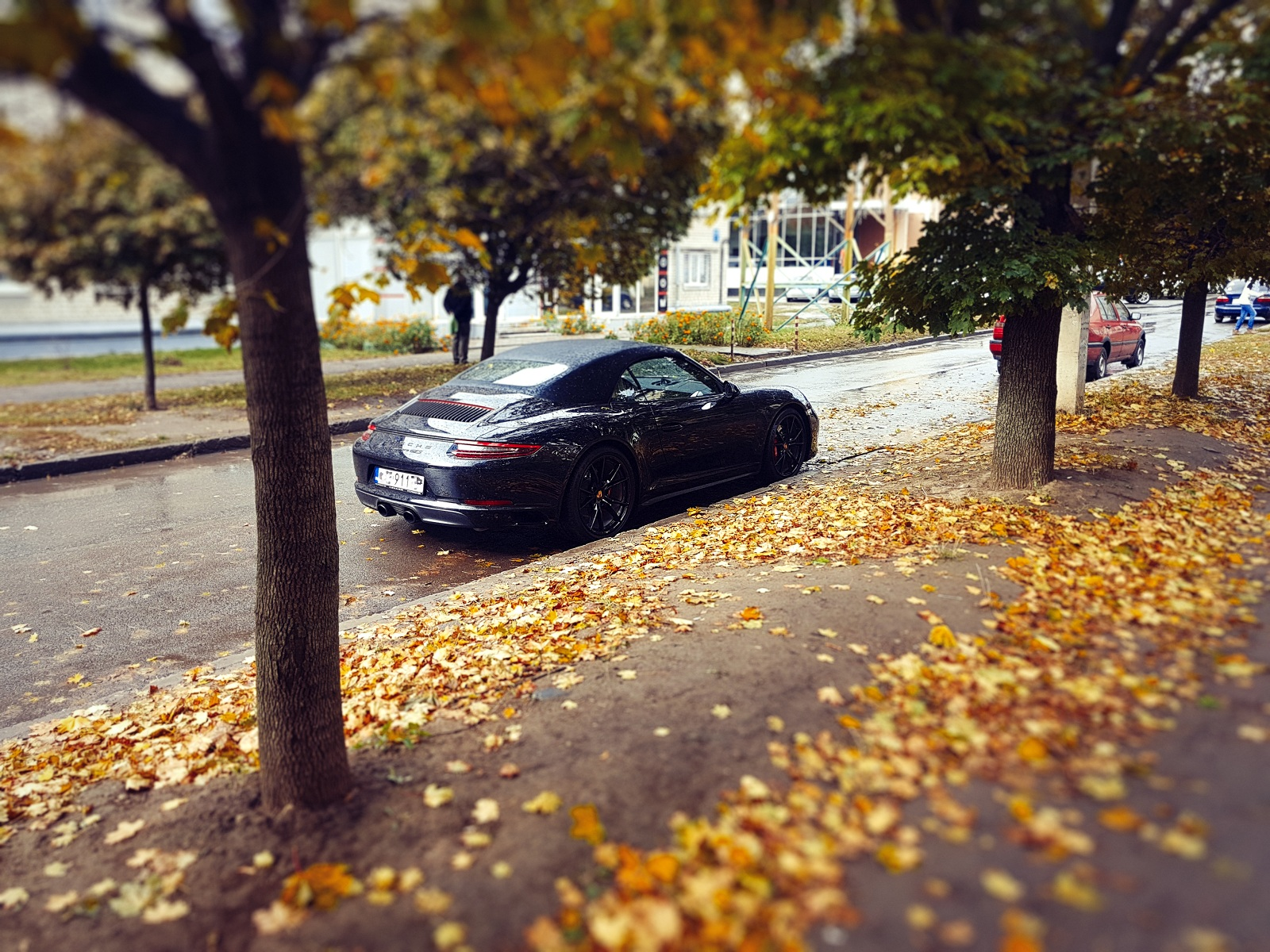 Картина маслом: роскошный кабриолет Porsche на бляхах в Украине