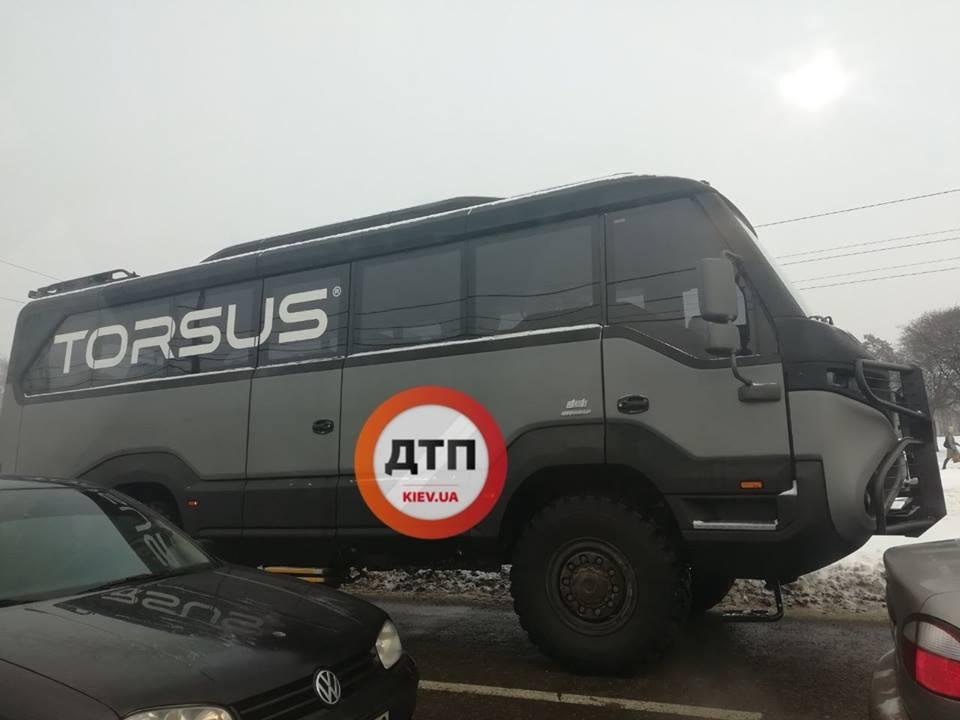 На украинских дорогах засняли уникальную внедорожную маршрутку
