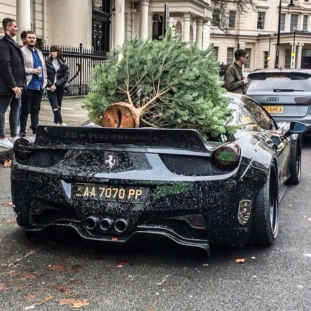Украинец привез новогоднюю елку на тюнингованном суперкаре Ferrari
