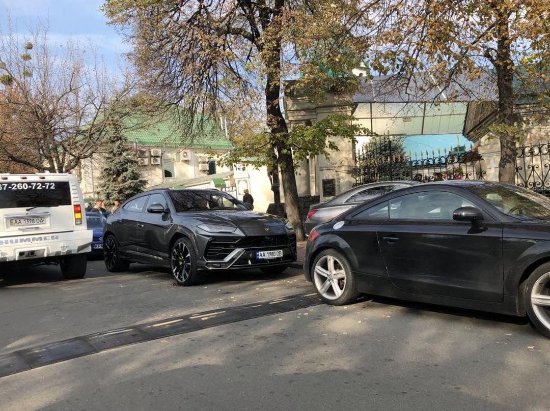 В Киеве арестовали элитный автопарк скандально известного застройщика