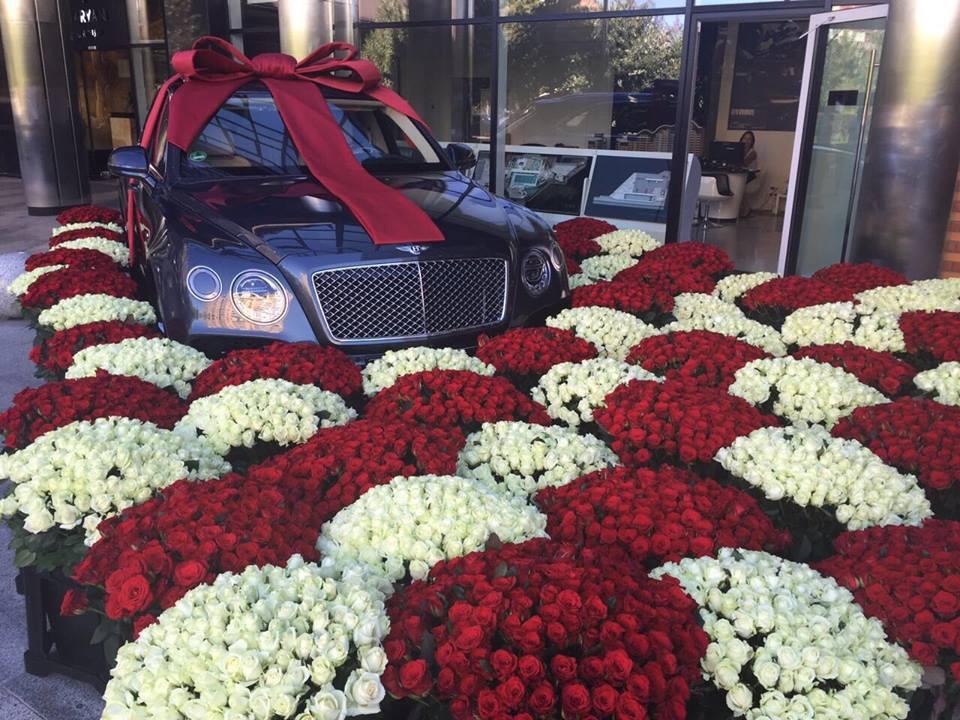 Украинке подарили эксклюзивный Бентли с бантом и миллионами роз