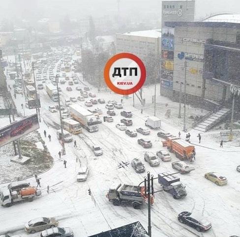 Первый снег парализовал Киев и превратил его в место слета любителей летней резины