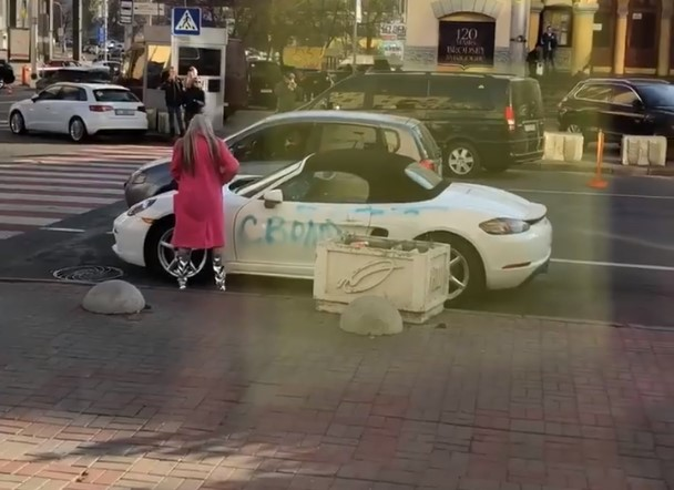 Украинка жестко отомстила бывшему и изувечила его Porsche (видео)