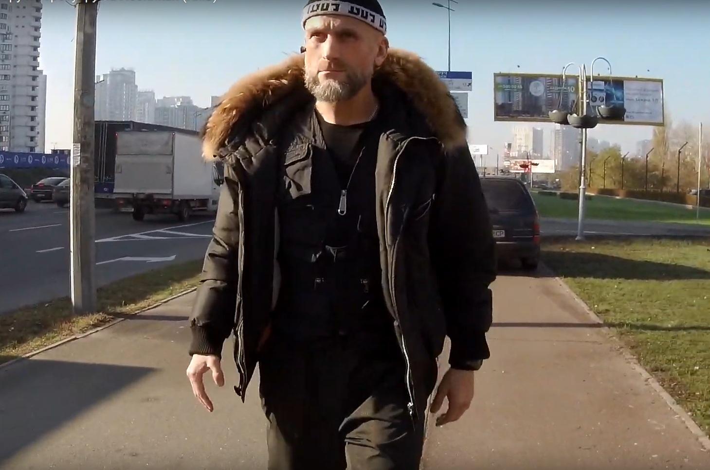 Священник московского патриархата давит людей на тротуаре (видео)
