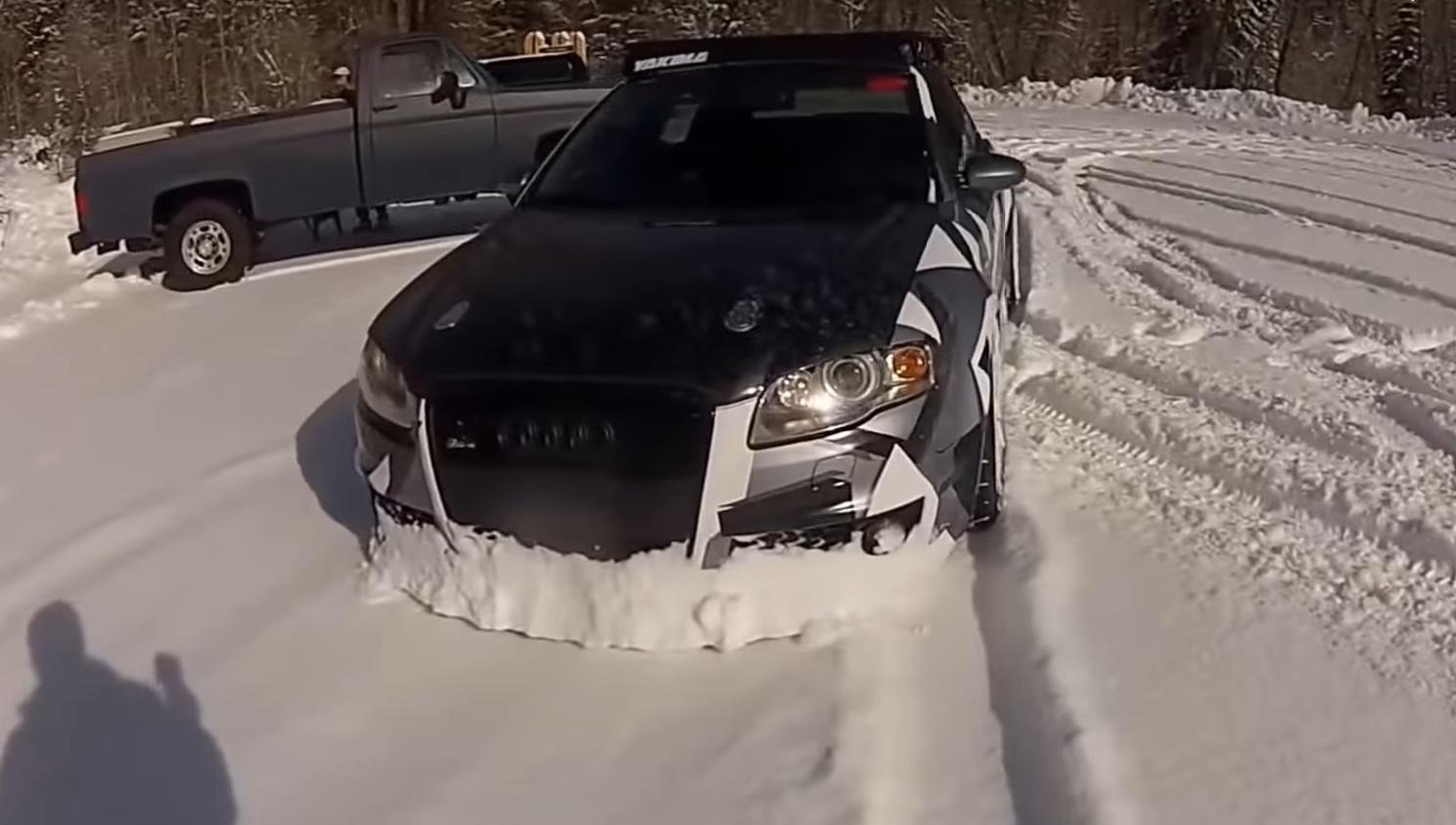 Заряженный Audi RS4 использовали для расчистки снега