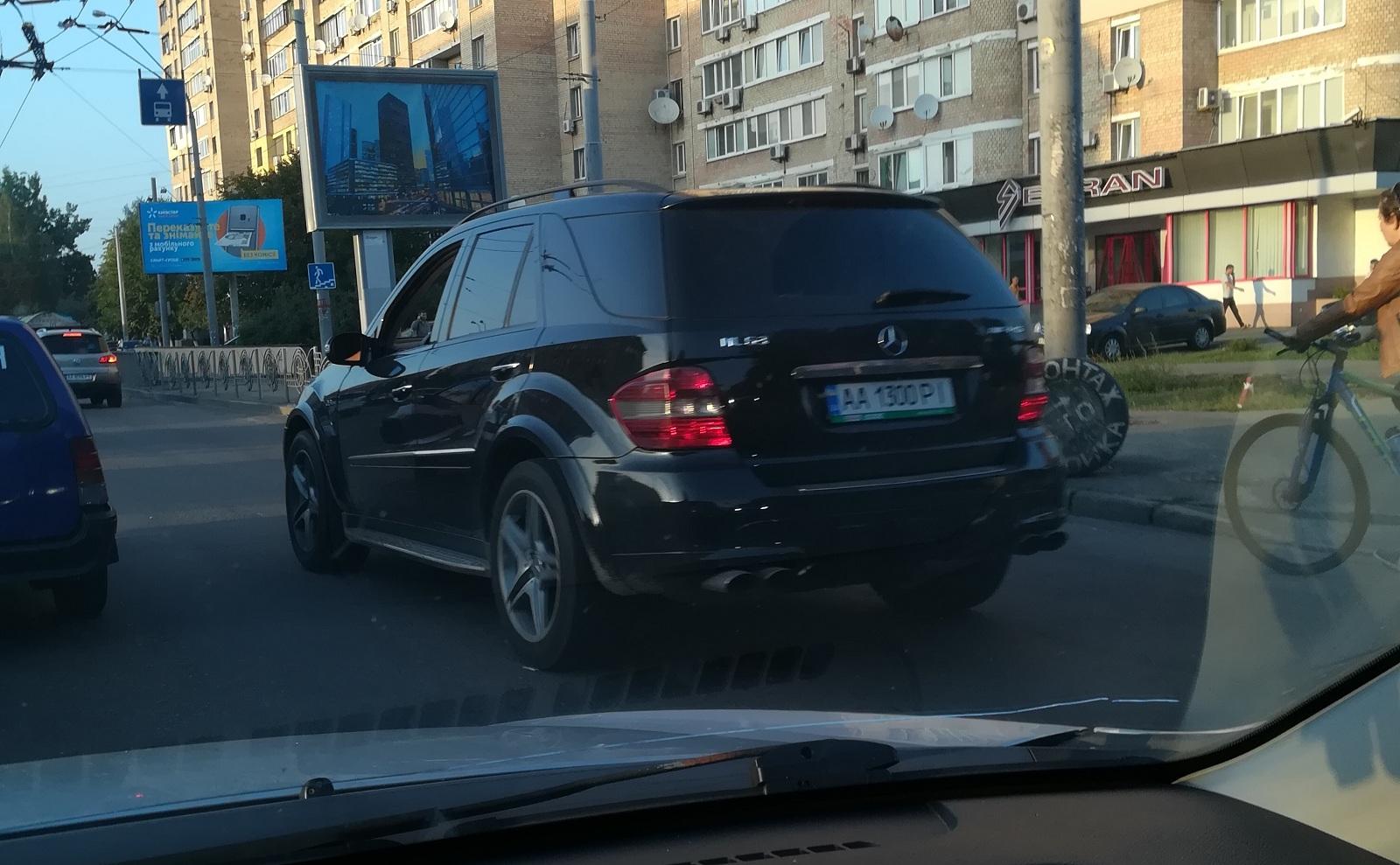 В Украине засняли два заряженных Mercedes разных цветов с абсолютно одинаковыми номерами
