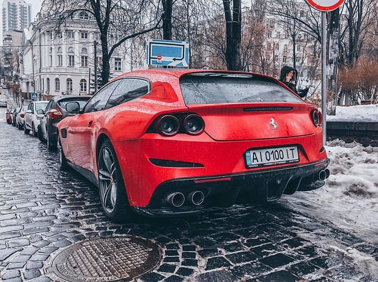 Украинцы не боятся ездить на Ferrari зимой