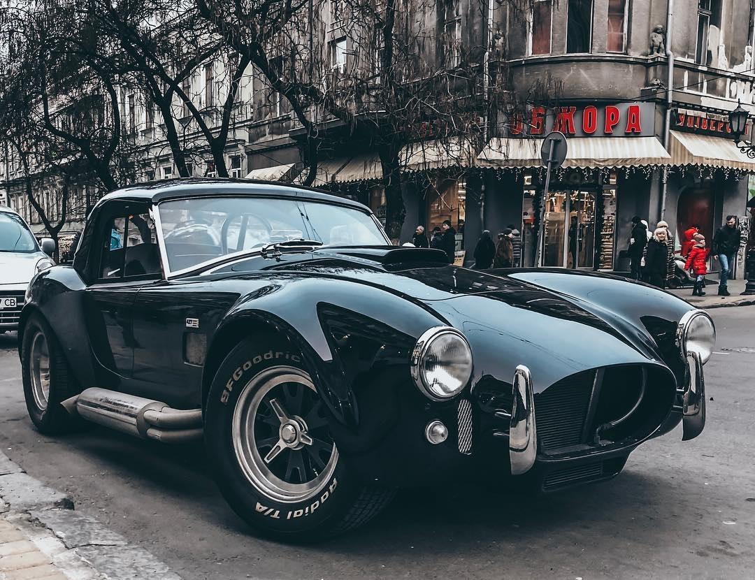 В Украине засняли легендарный родстер Shelby Cobra