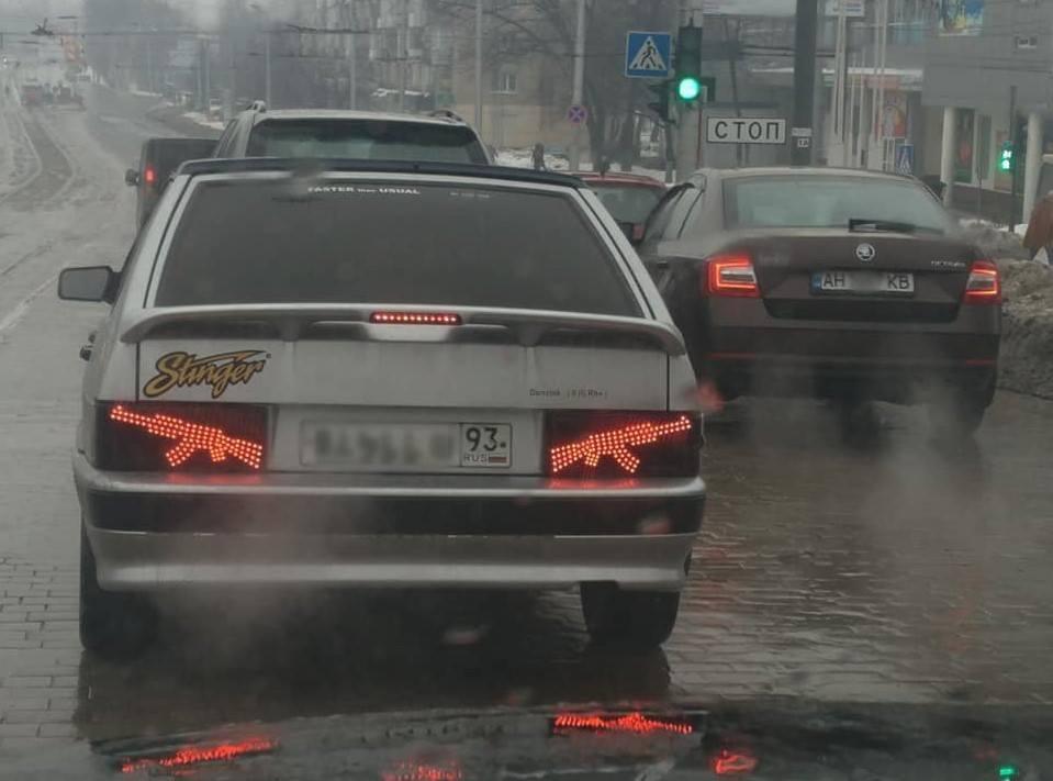 В Донецке засняли автомобиль с автоматами на фарах
