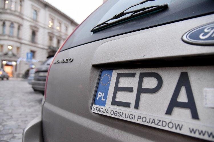 Украинцы судорожно растамаживают авто на еврономерах