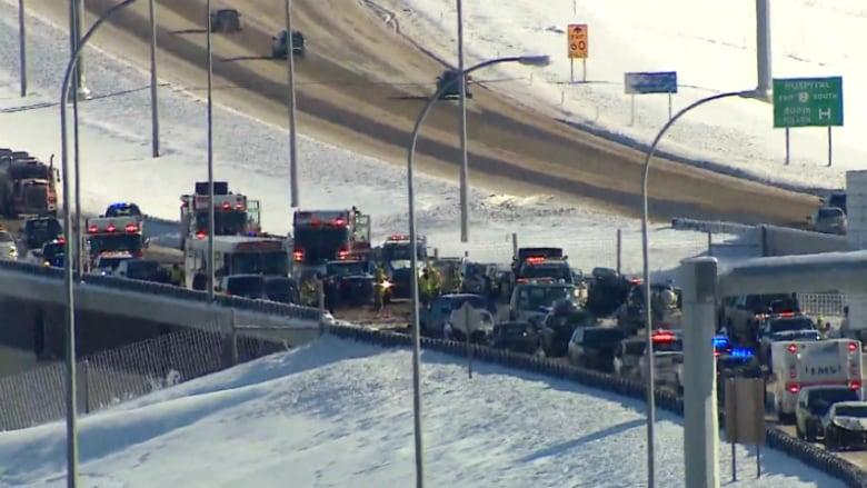 Полсотни машин столкнулись на трассе из-за сильного снегопада