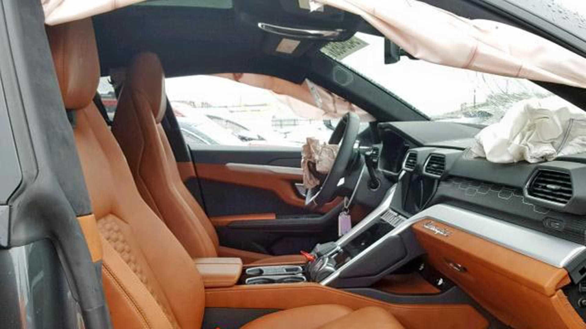 Первый пошел: новейший кроссовер Lamborghini разбили в ДТП