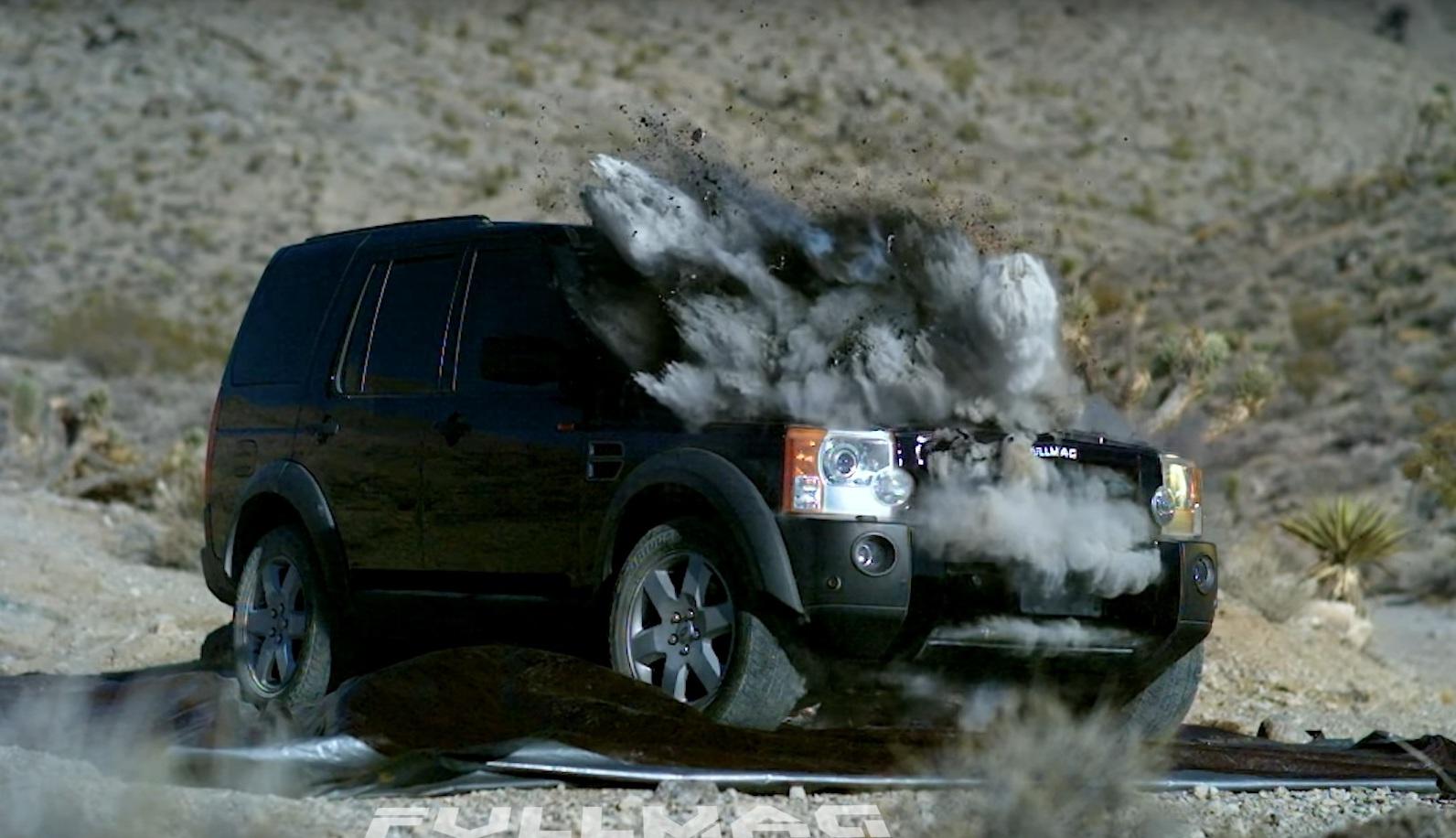 Старый Land Rover стал жертвой танка (видео)