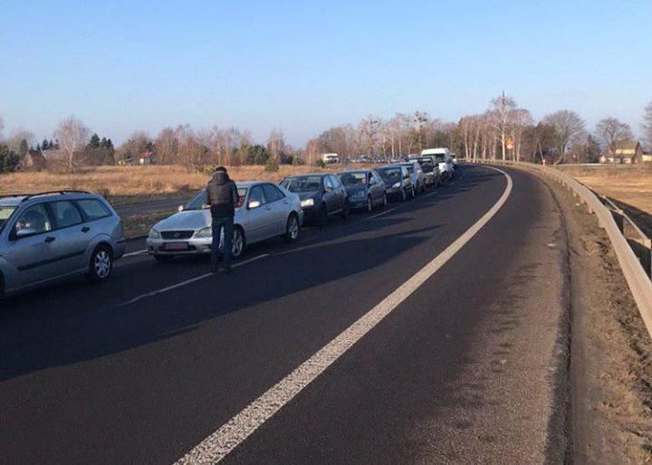 Украинцы породили рост цен на авто в Литве и очереди на границе