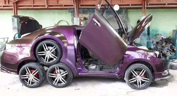 Самый необычный восьмиколесный авто засняли на видео