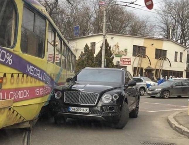 Жена депутата на Bentley влетела в трамвай