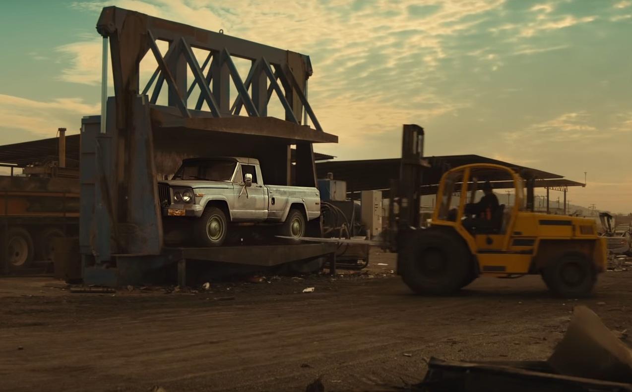 Редкий Jeep пустили под пресс ради рекламы (видео)