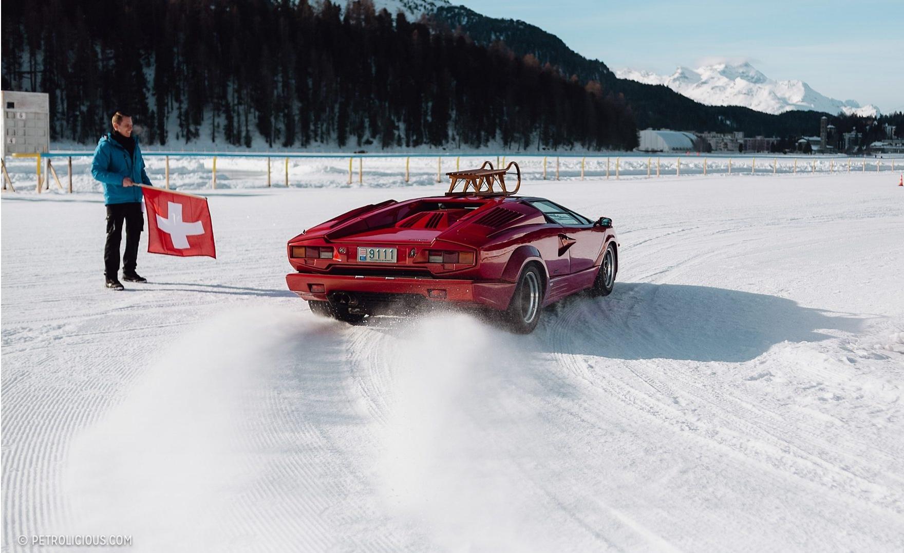 Легендарные суперкары прошлого показали зрелищный зимний дрифт