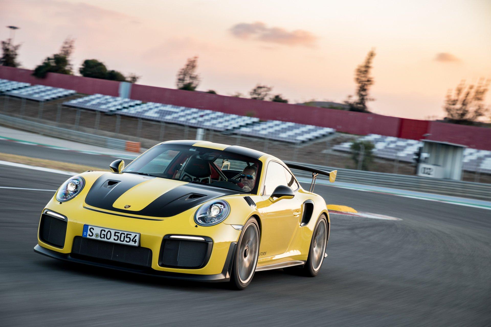 Новейшие спорткары Porsche и Audi стали жертвами кораблекрушения