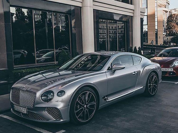 В Украине засняли два новейших купе Bentley