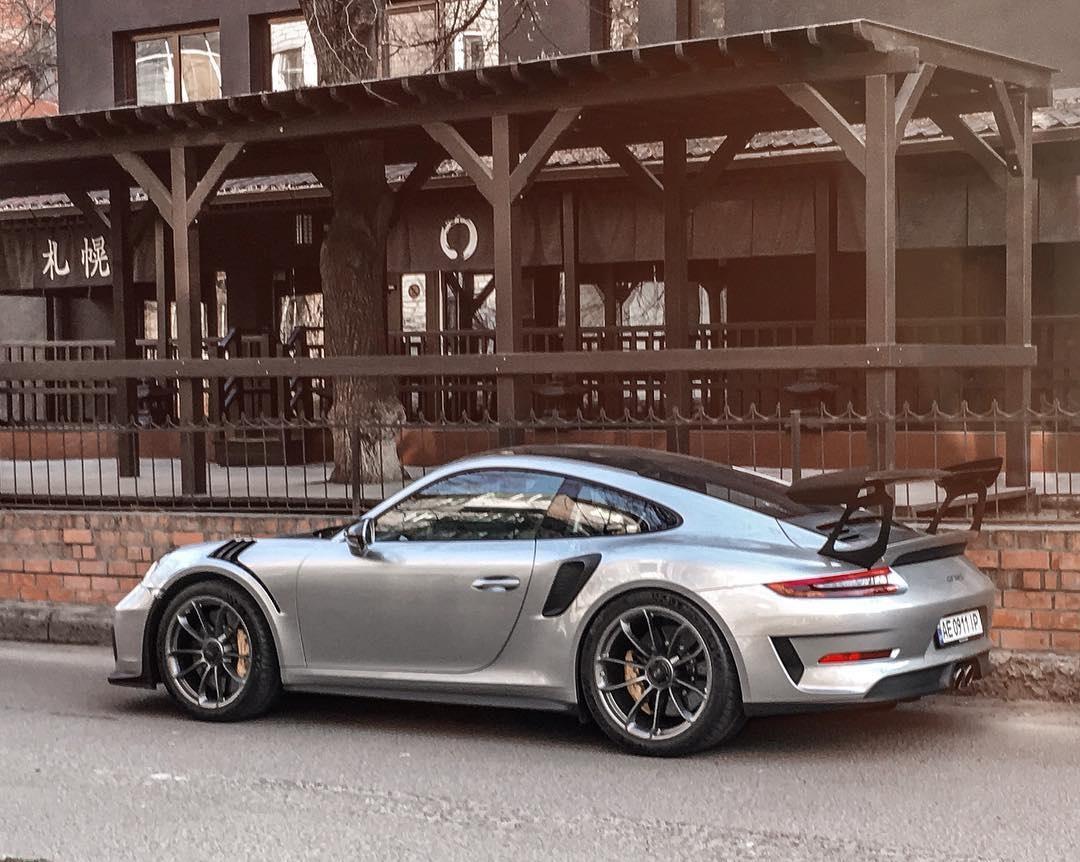 В Украине засветился новейший лимитированный спорткар Porsche