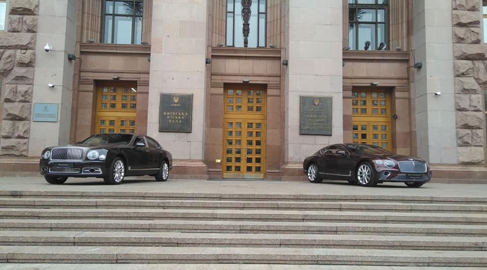 Перед Киевсоветом выставили два новейших Bentley