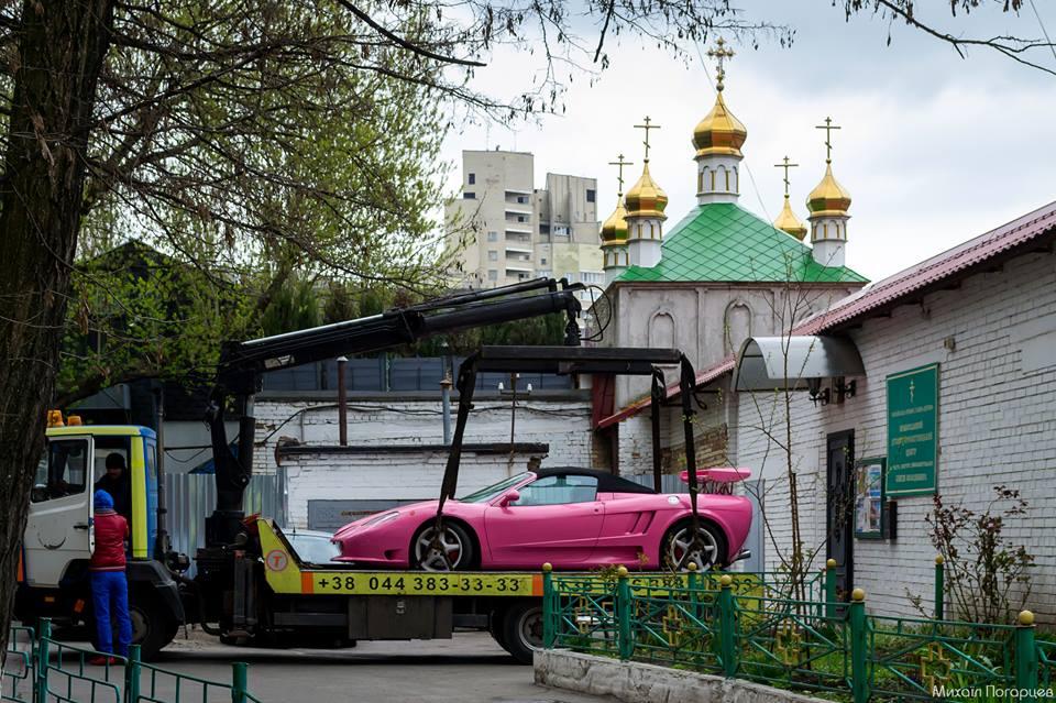 В Киеве на территории храма заметили тюнингованную Ferrari