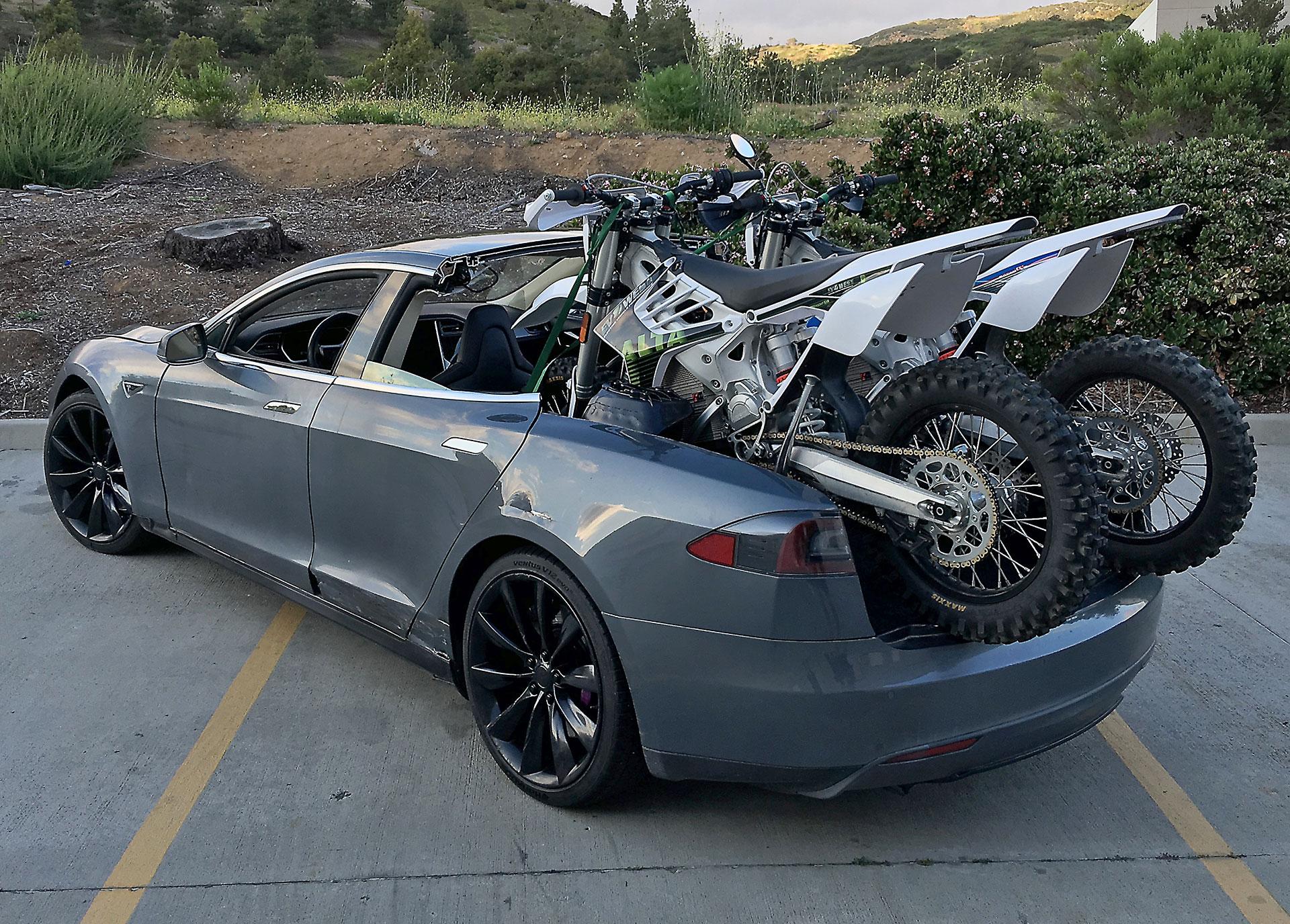 Первый электрический пикап Tesla рассекречен на фото