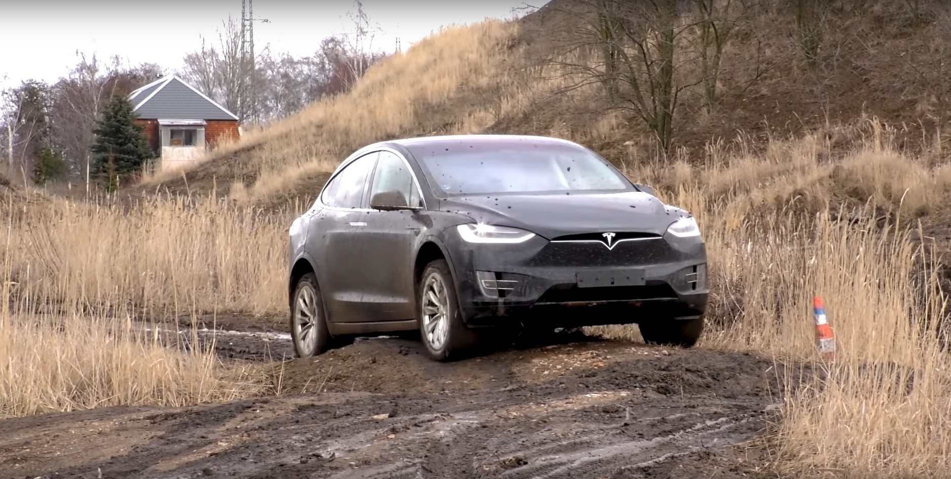 Электрокроссовер Tesla проверили серьезным бездорожьем (видео)