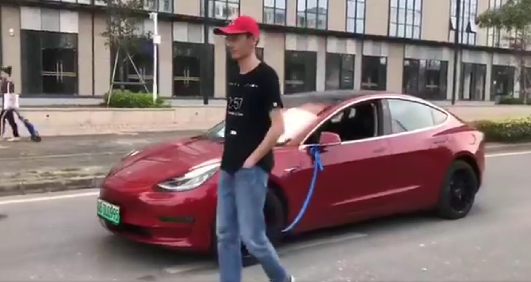 Новый электрокар Tesla выгуляли на поводке (видео)