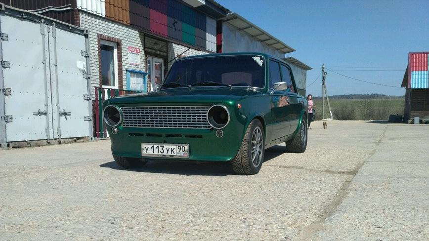 На продажу выставили тюнингованную копейку ВАЗ с V12