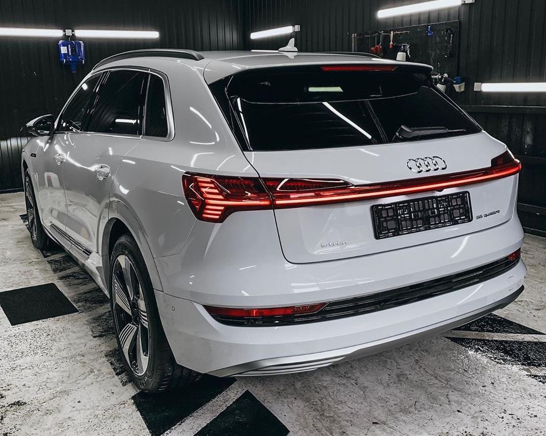 В Украину активно завозят первые электромобили Audi e-tron
