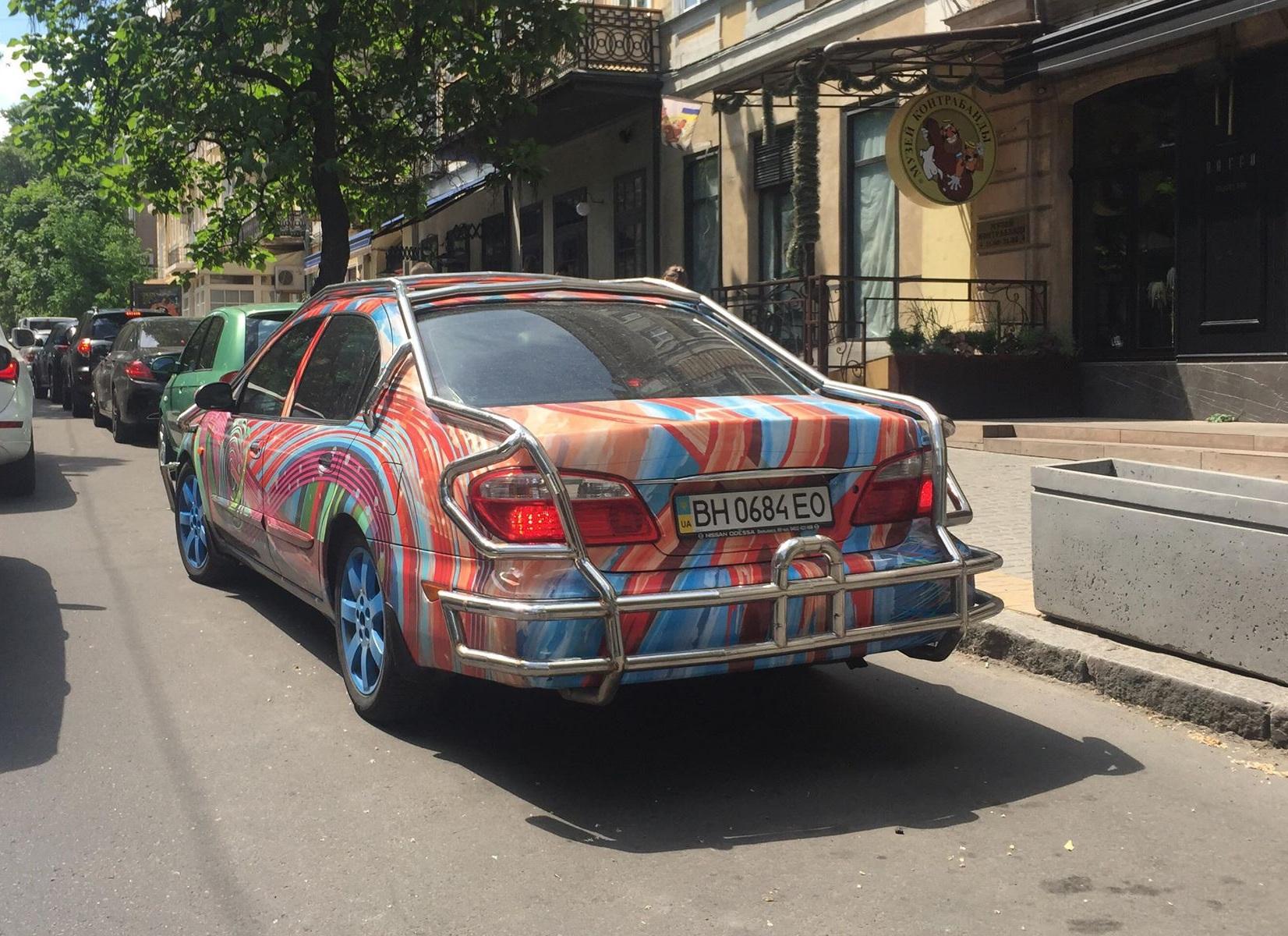По дорогам Одессы ездит психоделический Nissan