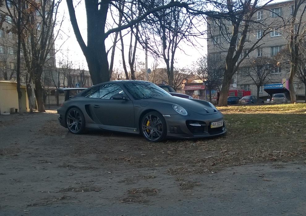 Колоритные фото суперкара Porsche во дворе хрущовки