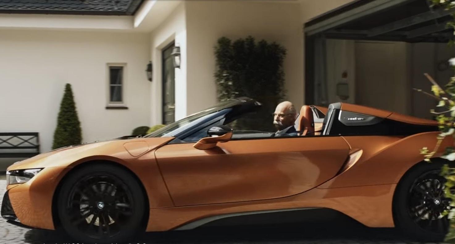 BMW оригинально поздравили главу Mercedes с выходом на пенсию (видео)