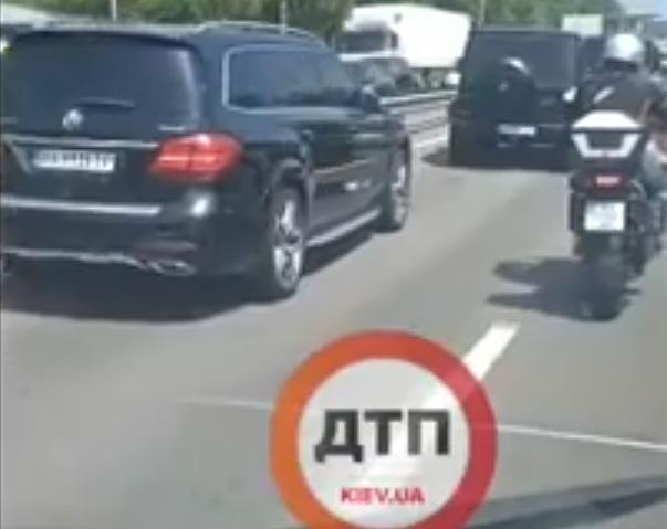 В Киеве в ДТП попали сразу пять дорогих Mercedes
