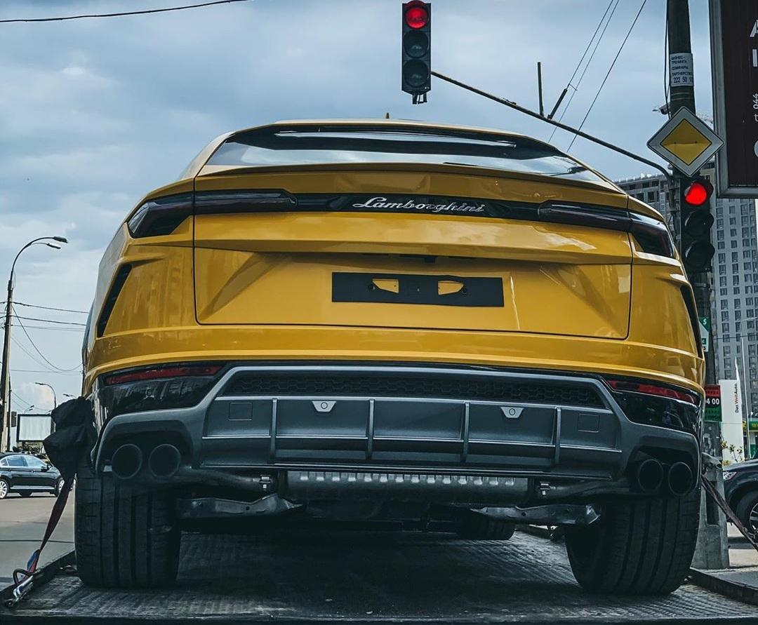 В Украине заметили красочный кроссовер Lamborghini Urus
