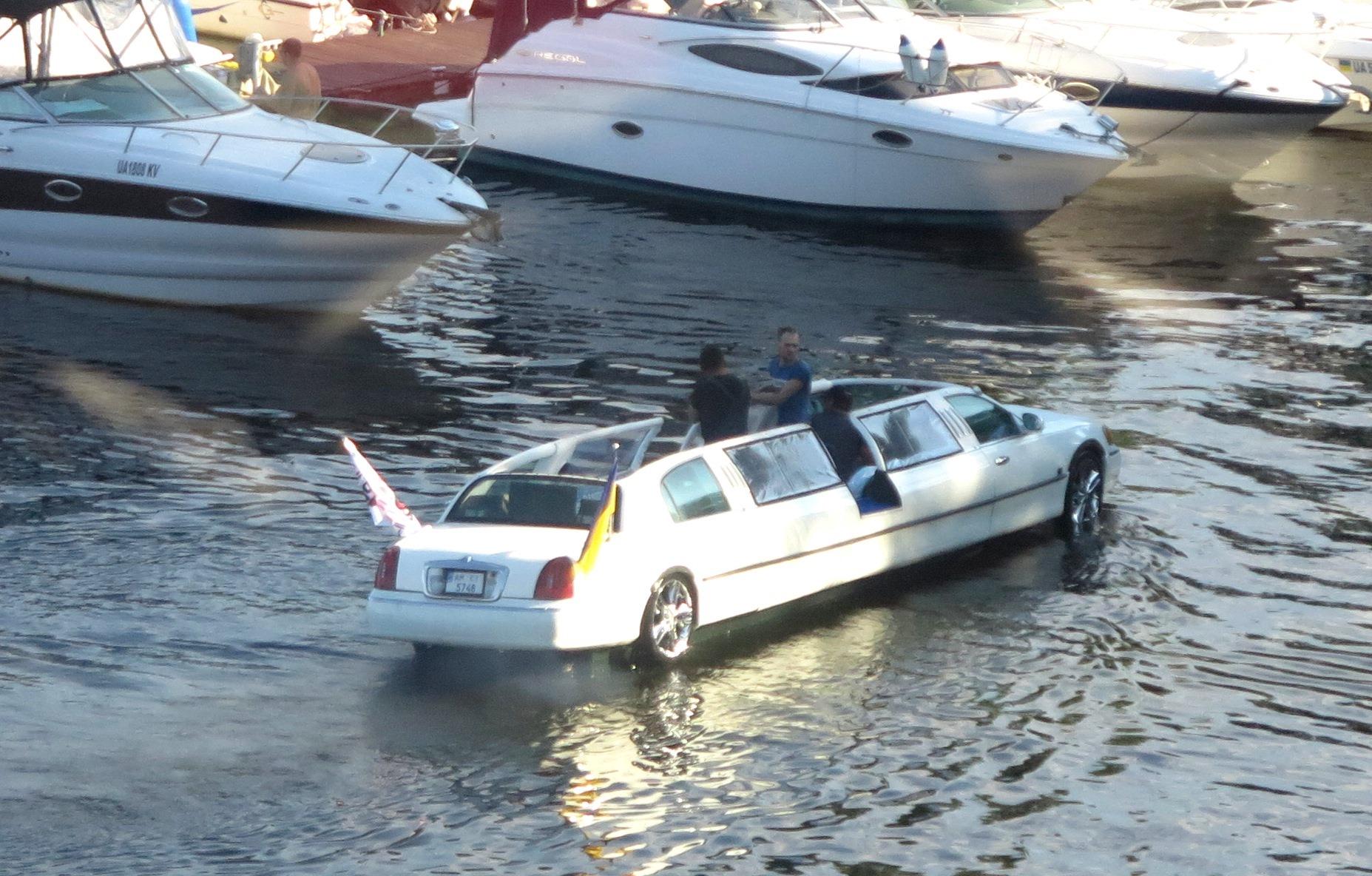В Киеве засняли уникальный плавающий лимузин