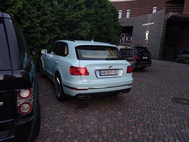 Дорогой внедорожник Bentley засветился в небольшом украинском городке
