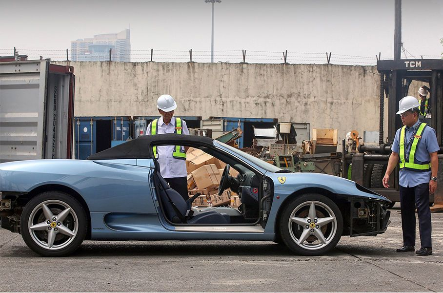 Нерастаможенный спорткар Ferrari раздавили бульдозером