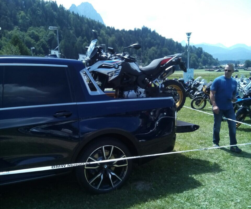 Первые живые фото нового пикапа BMW X7