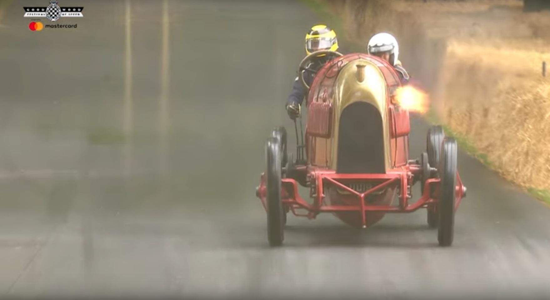 Как едет безумный столетний суперкар (видео)