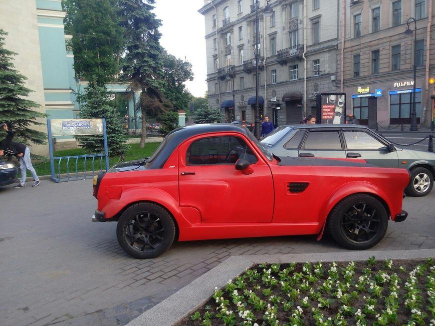 Старый Москвич превратили в яркое купе с двигателем BMW