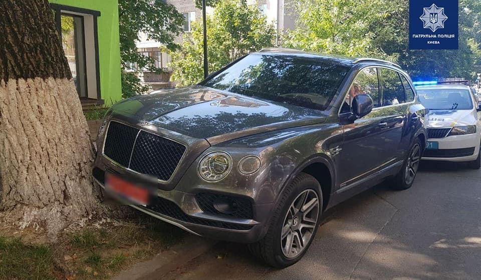 В Киеве водитель без прав попал в аварию на Bentley Bentayga