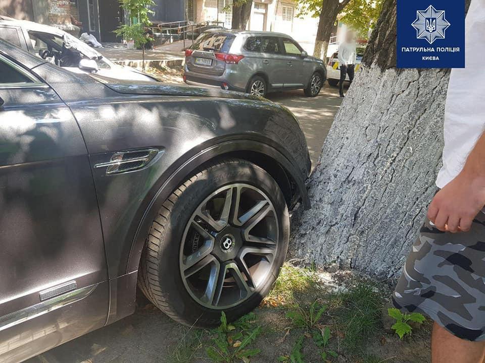 В Киеве нетрезвый водитель без прав попал в аварию на Bentley Bentayga