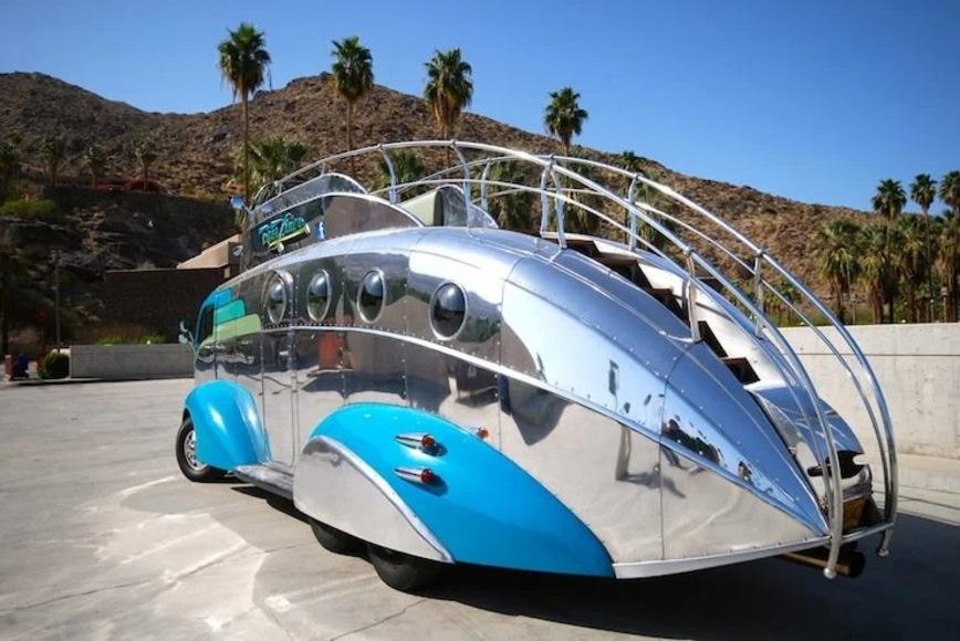 Самый удивительный дом на колесах с рулем на крыше